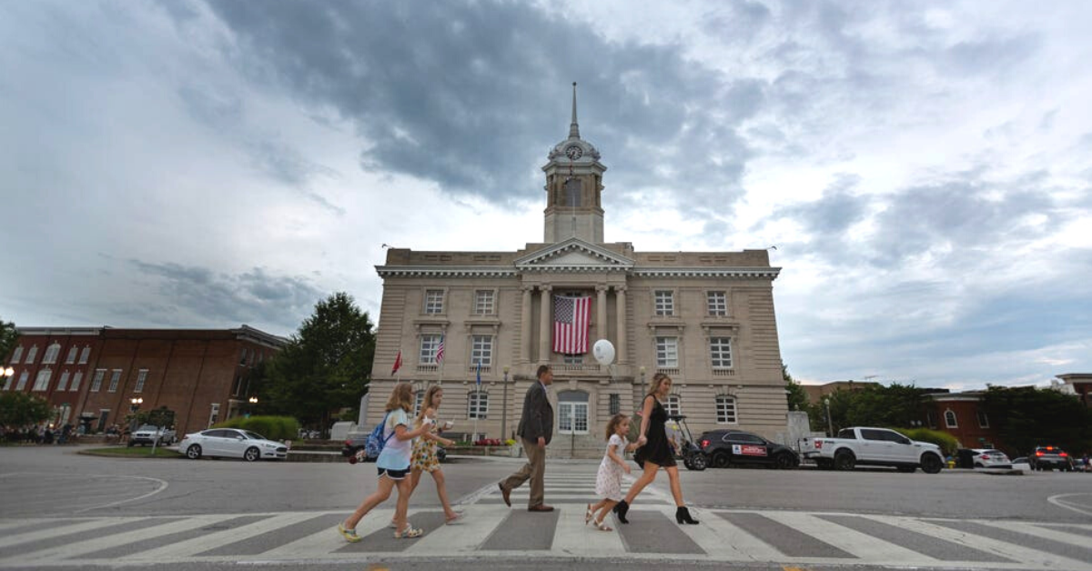 city, poeple, walking, courthouse